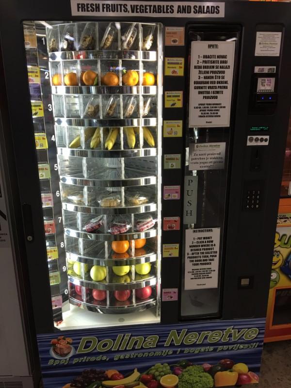 zagreb_バスターミナルの青果自販機
