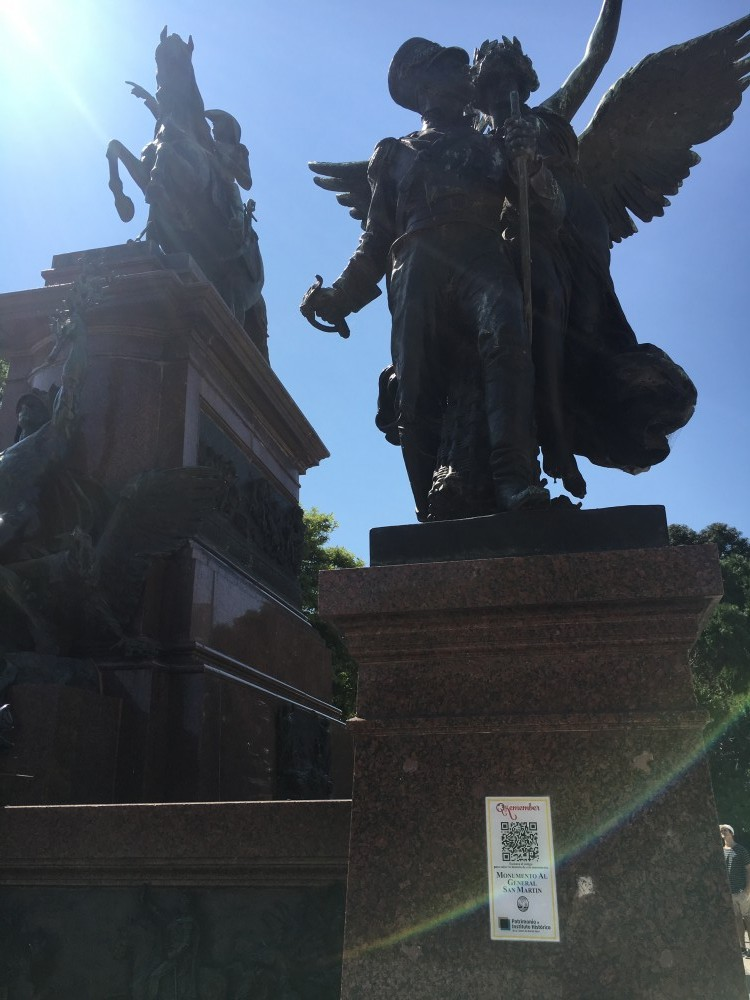 サン・マルティン将軍像とQRコード