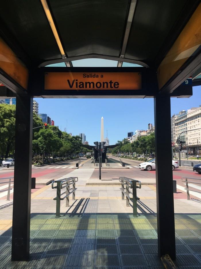 7月9日大通り沿いのバス停からオベリスコを望む
