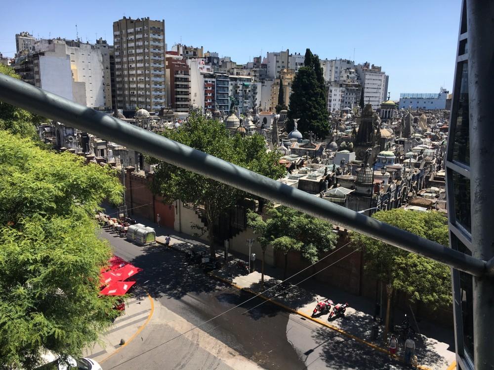 観光客も多く訪れるレコレータ墓地を隣のショッピングセンターから見たところ。エバ・ペロンのお墓もこの中に。